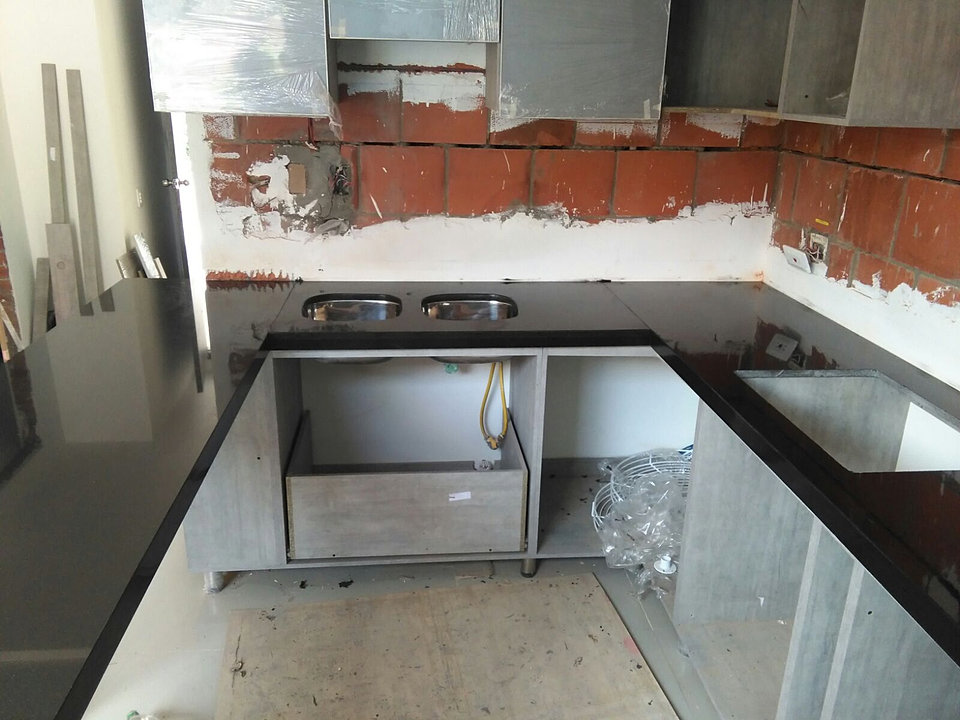 Marmoles de cocina encimera de cocina en silestone pulsar for Materiales para mesones de cocina
