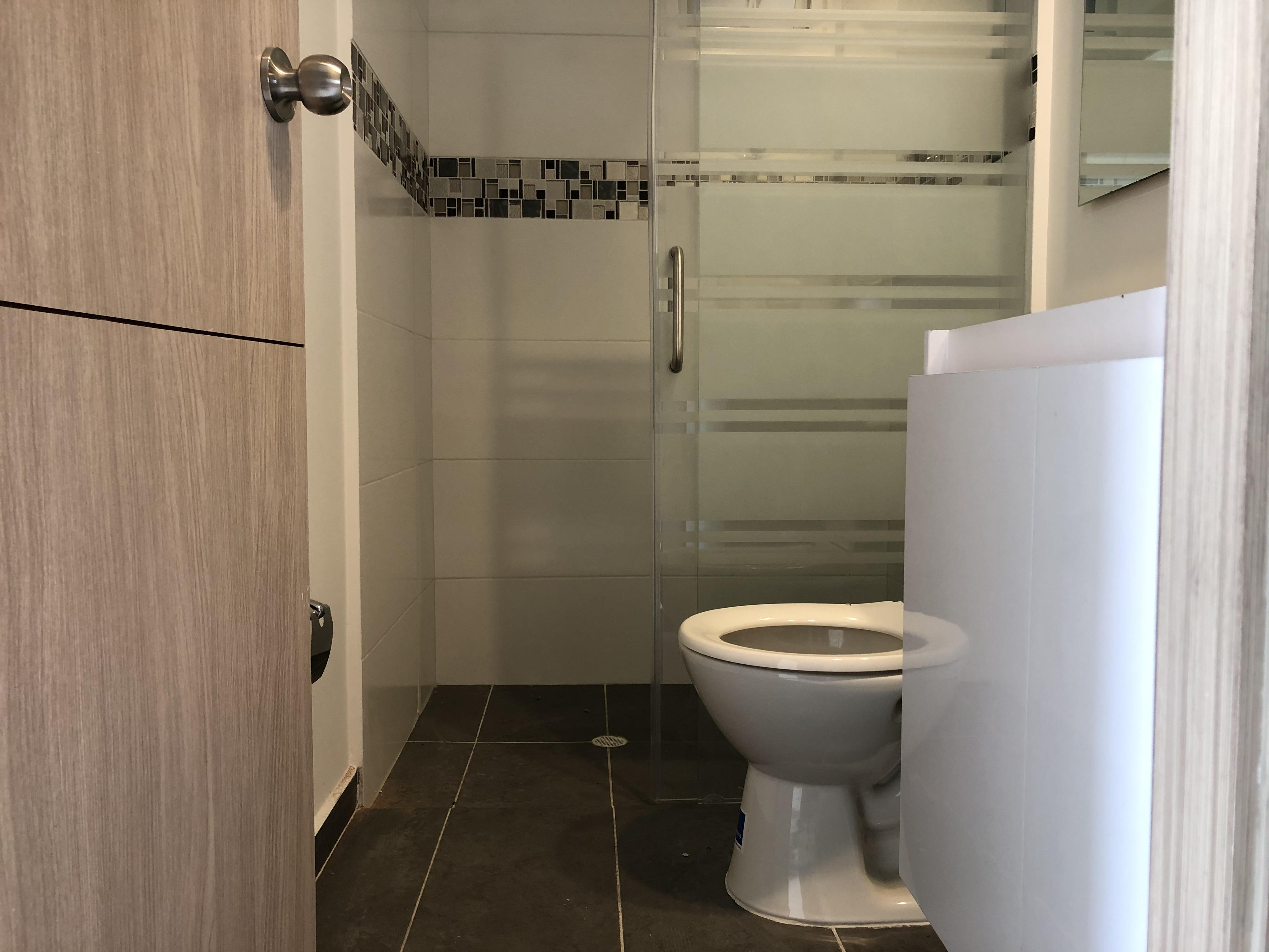 Enchape de piso de baño