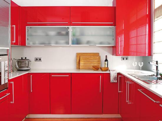 cocina en rojo brillante