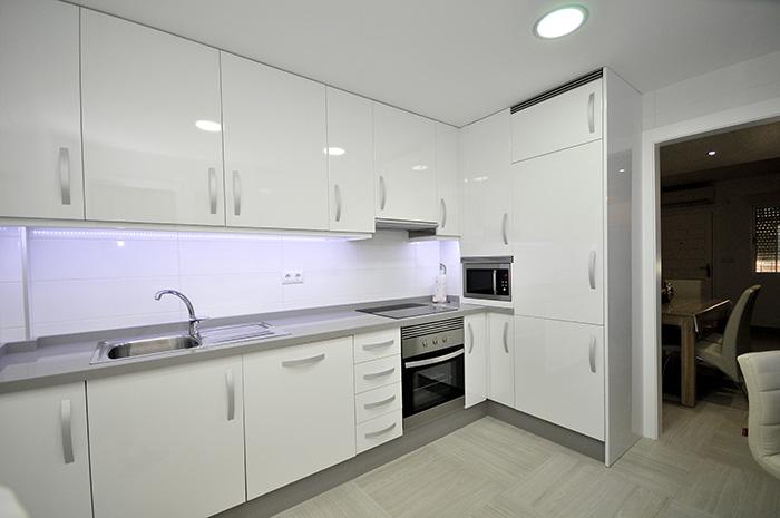 cocina integral en blanco brillante