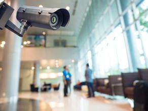 Fiscalização de empregados por meio de câmeras em locais coletivos é considerada lícita.
