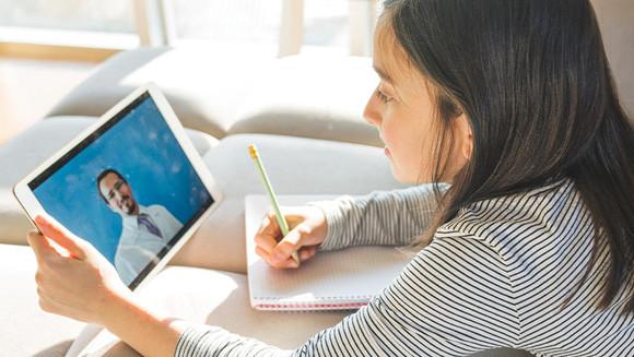 Como as escolas do ensino fundamental monitoram a frequência durante o aprendizado remoto