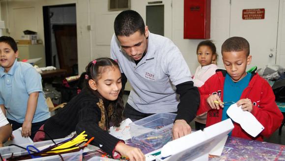 Colaborando com funcionários do Pós-Escola em benefício dos alunos