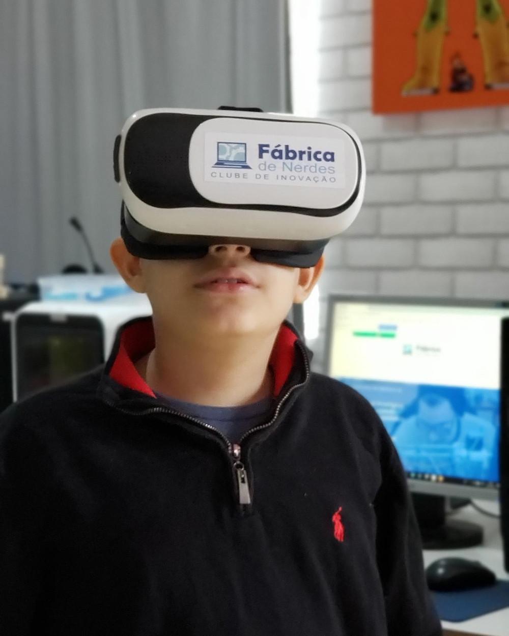 Aluno utilizando a Realidade Virtual para observar conteúdos de Robótica Educacional