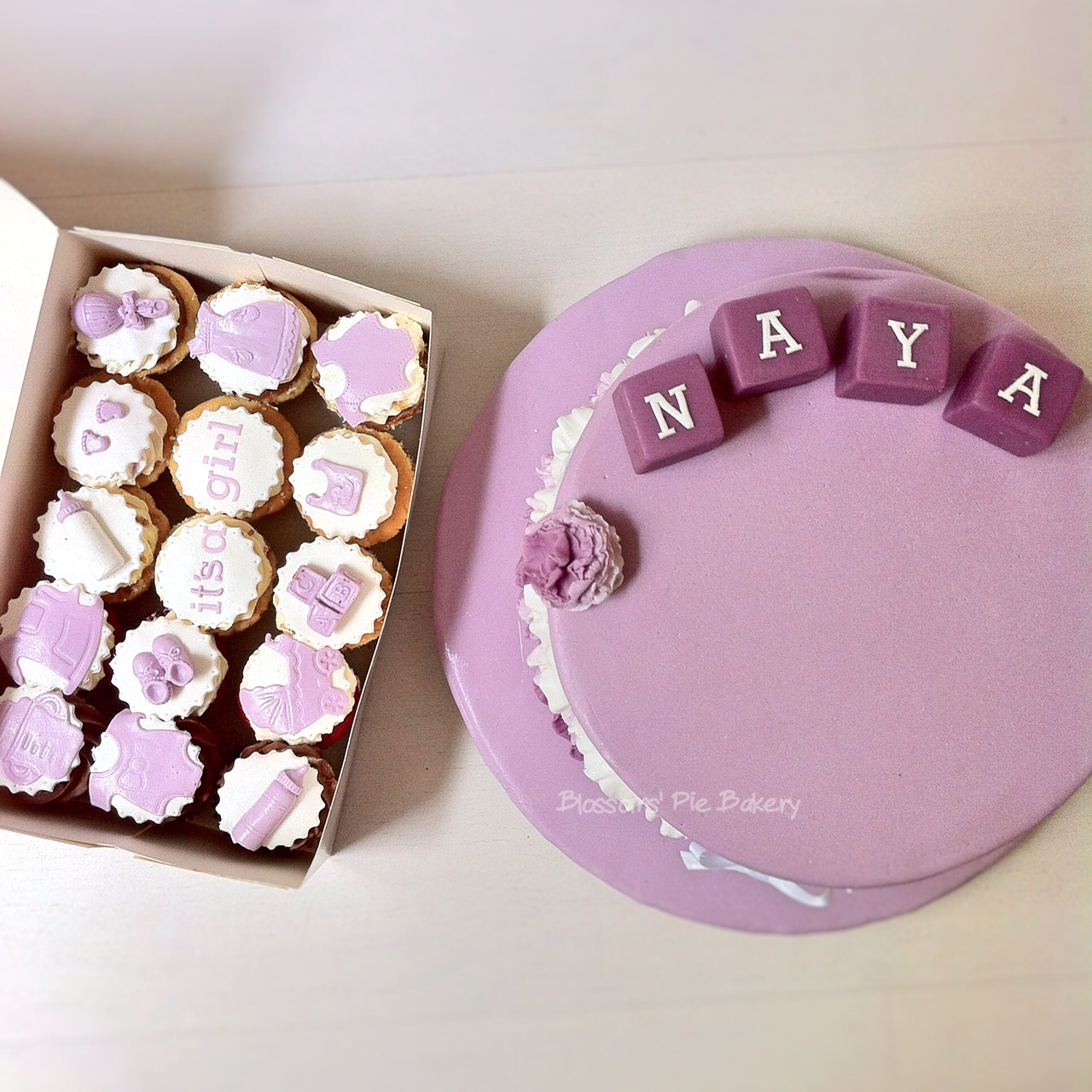 baby shower cake et cupcakes lilas