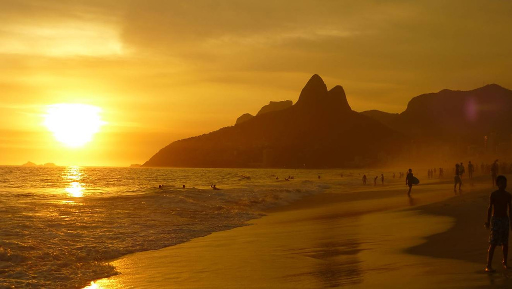 praia ao por do sol, com o Corcovado ao fundo