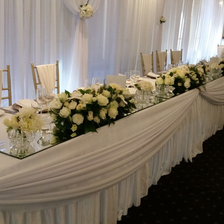 Bridal-table-white-flowers