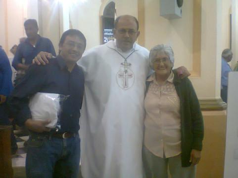 P. Demetrio P. Roberto Ochoa y su madre.