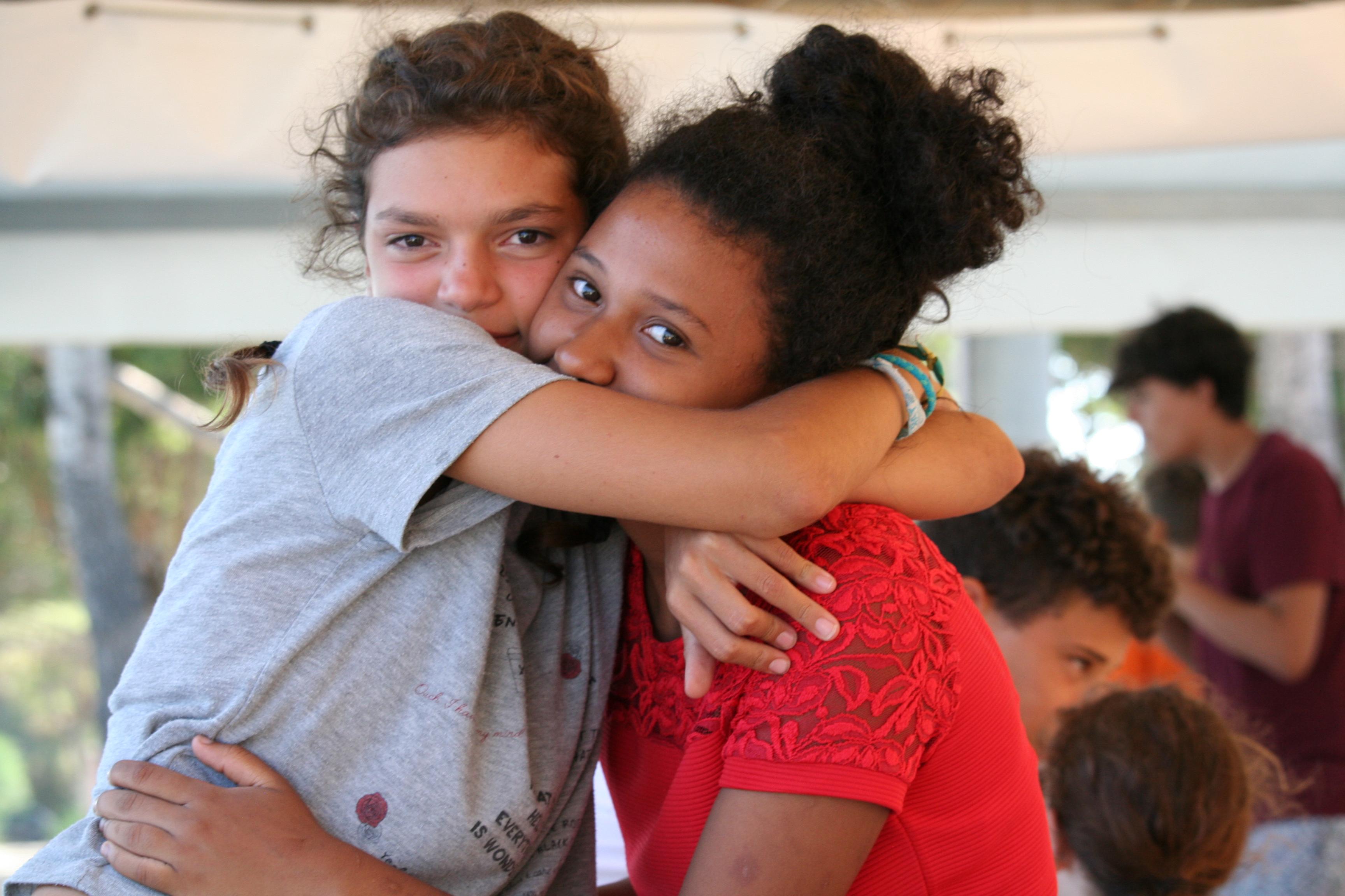 abbracci amiche al centro estivo