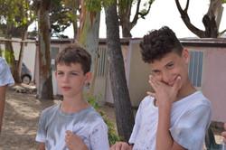 due ragazzi al campeggio estivo