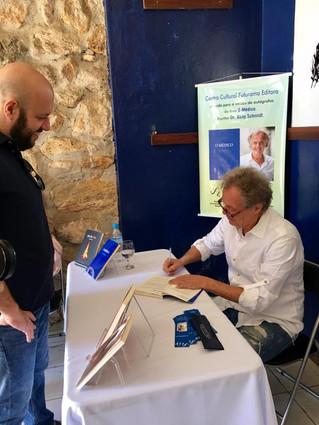 """Dr. Beny Schmidt realizou uma sessão de autógrafos do seu quarto livro """"O MÉDICO"""" durante"""
