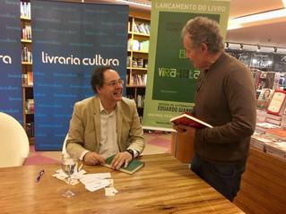 """Dr. Beny Schmidt prestigia o economista, Eduardo Giannetti no lançamento de seu livro """"O Elogio"""
