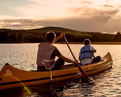 Paddla kanot på sjön Varpen