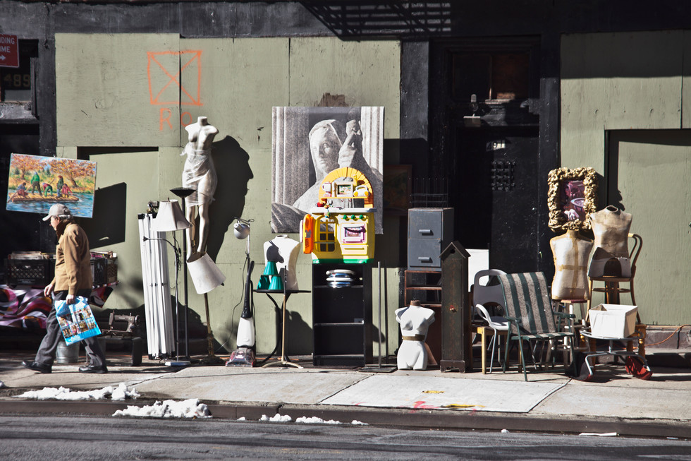 sebastian-matthias-werbefotografie-businessfotografie-street-wiesbaden-frankfurt-man_walking_by_fleemarket_new_york-city