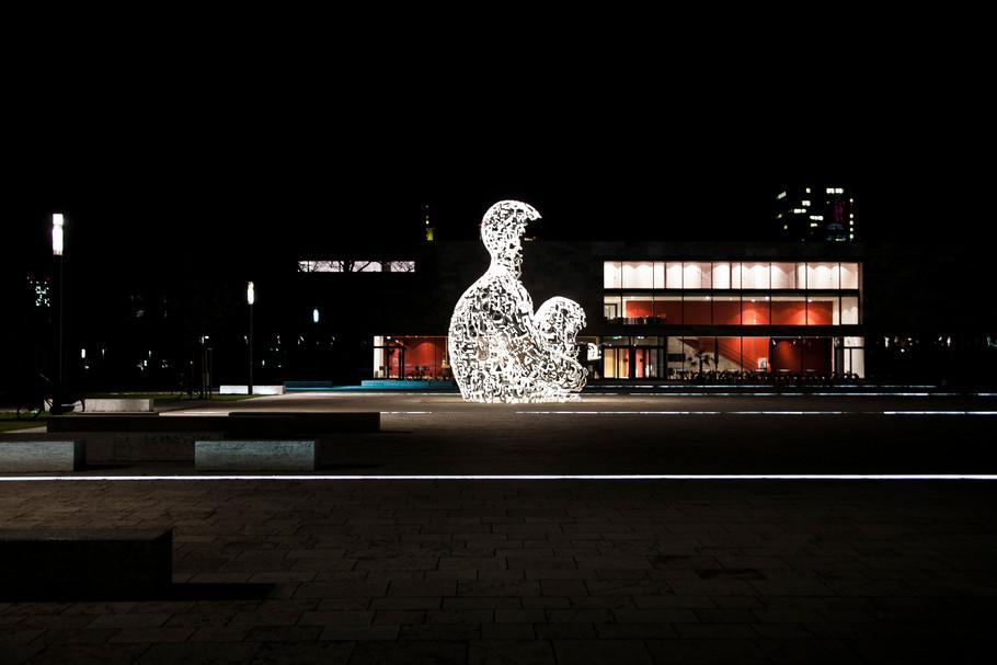 sebastian-matthias-werbefotografie-businessfotografie-street-wiesbaden-frankfurt-uni_frankfurt_goethe_statue-nacht