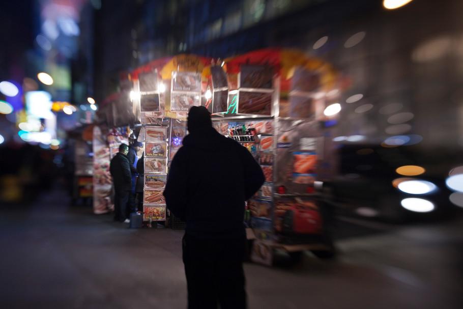 sebastian-matthias-werbefotografie-businessfotografie-street-wiesbaden-frankfurt-man-walking-new-york-city-at-night