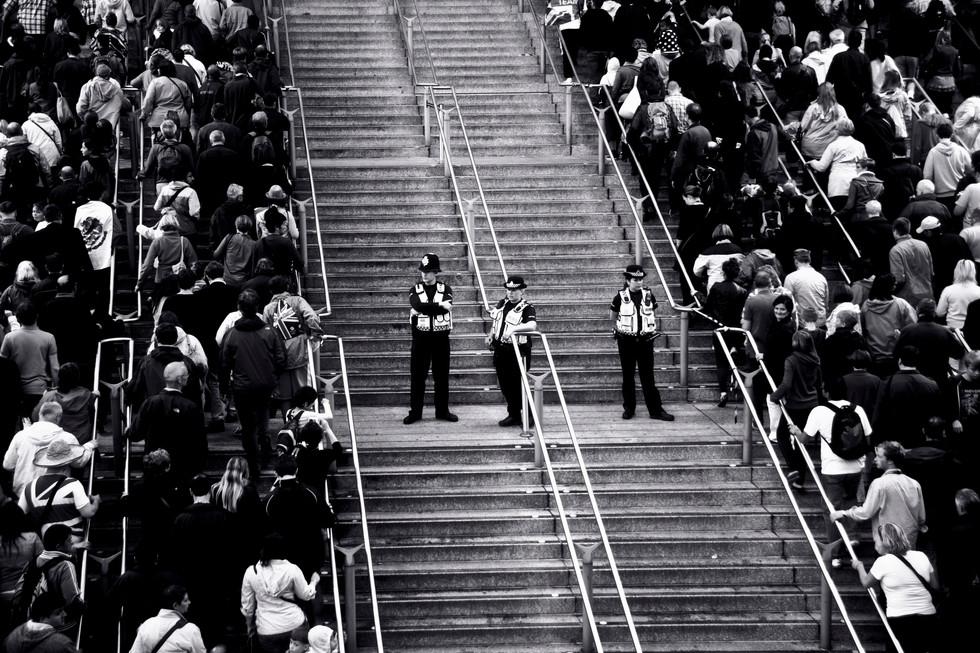 sebastian-matthias-werbefotografie-businessfotografie-street-wiesbaden-frankfurt-police_stairway_soccer_fans-2-2.jpg