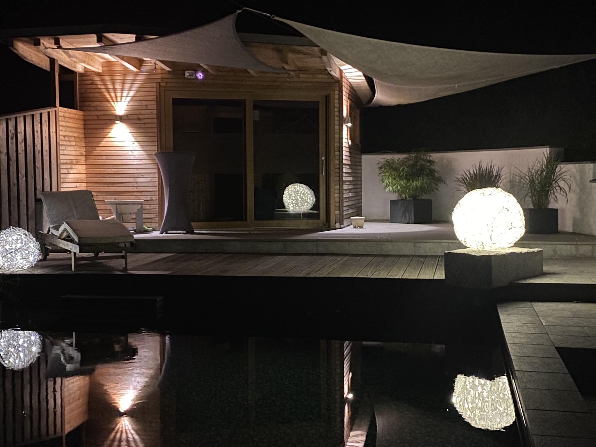 50er Tyche beleuchtet bei Nacht