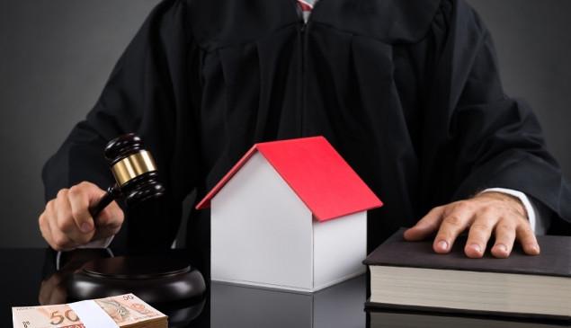 Cobrança de aluguel antecipado e garantia gera dano moral.