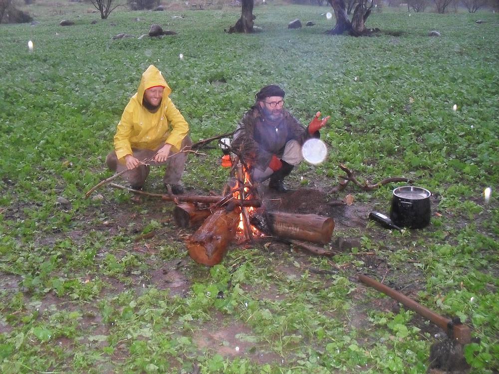 מדליקים מדורה בגשם