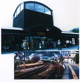 由布院駅とゆふいんの森号.jpg