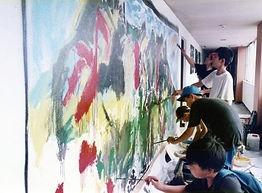 島原2子供たちと壁に絵を描く.jpg