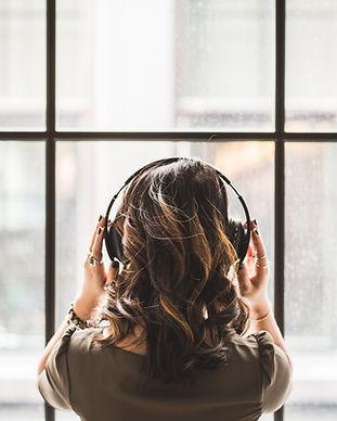 Kvinna med hörlurar