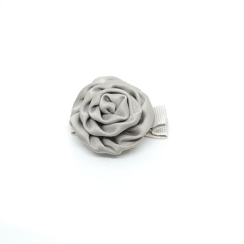 Barrette forme rose en satin gris