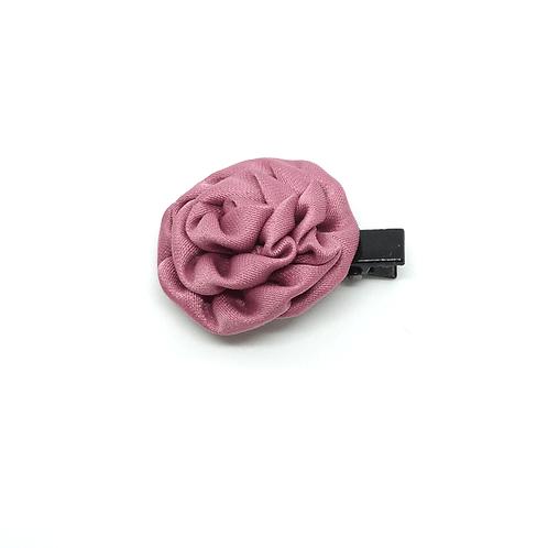 Barrette forme rose en satin vieux rose