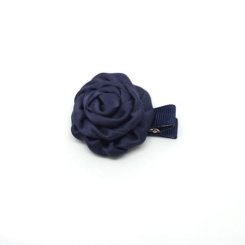 Barrette forme rose en satin bleu marine