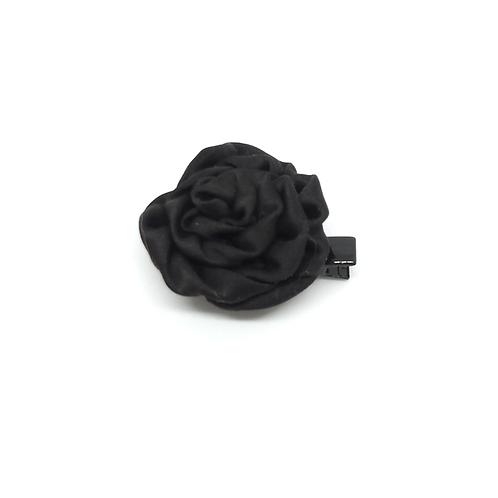 Barrette forme rose en satin noir