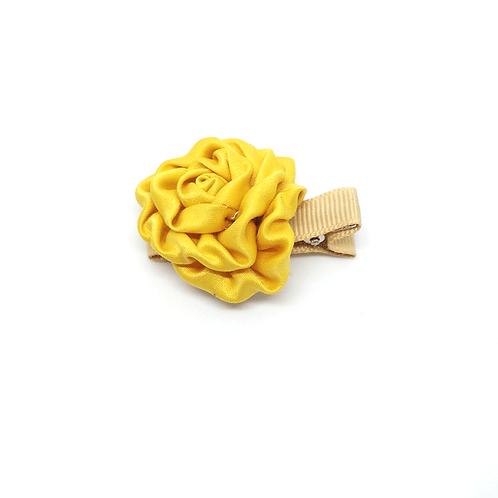 Barrette forme rose en satin jaune
