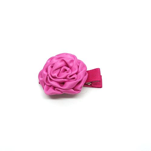 Barrette forme rose en satin fushia