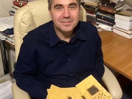 Mācītājs Krists Kalniņš dāvina dzejas krājumu