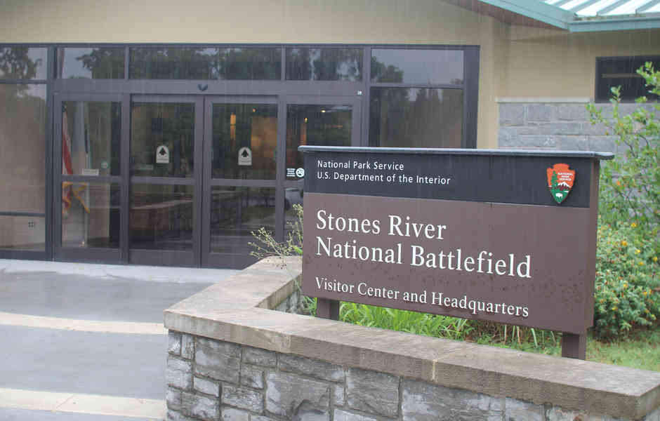 stones river national battlefield visitor center and headquarters entrance
