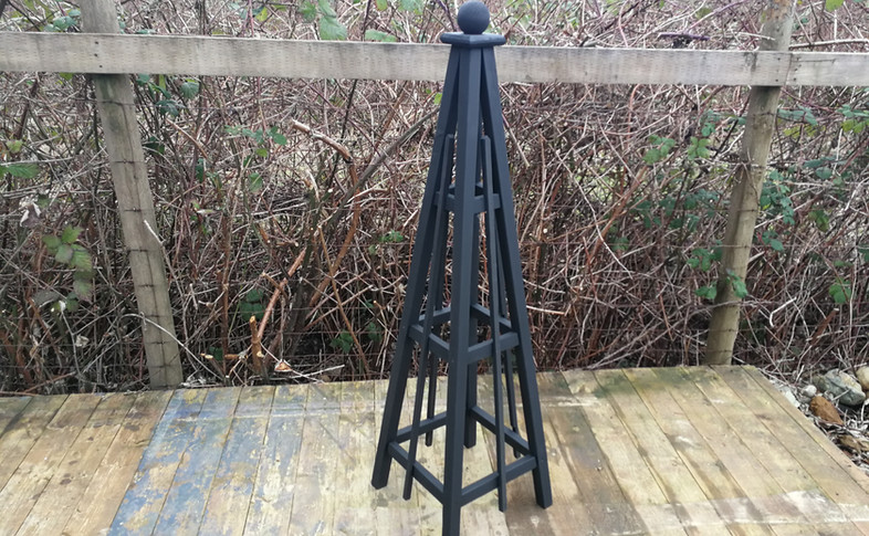 5' Cedar, Sphere Finial, Black