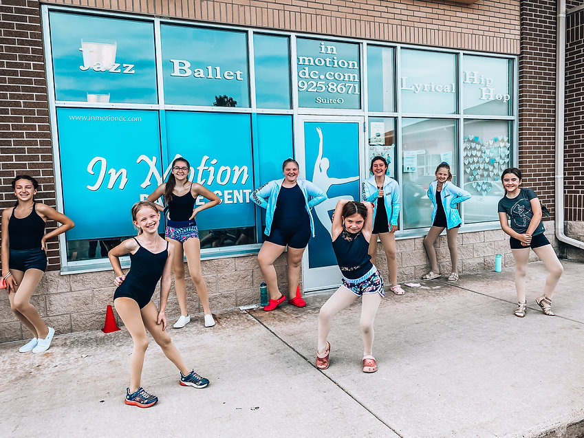 dancers-outside-in-motion-dance-center
