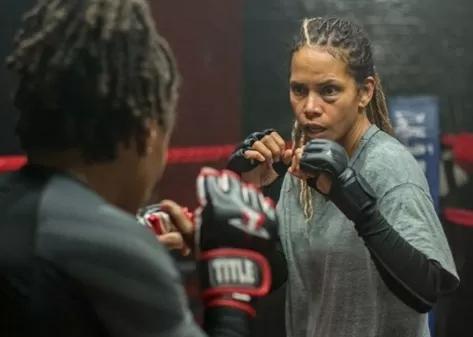 Ferida   Halle Berry estreia na direção em trailer no filme sobre MMA lançado pela Netflix