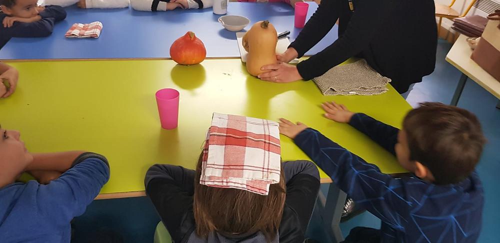 Groupe de l'atelier fruits et légumes de saison pour les enfants