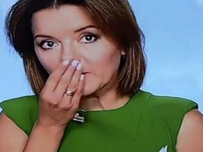 Una giornalista mantiene la calma mentre le cade un dente in diretta ... (video).