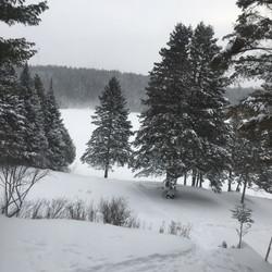 Vue du chalet en hiver