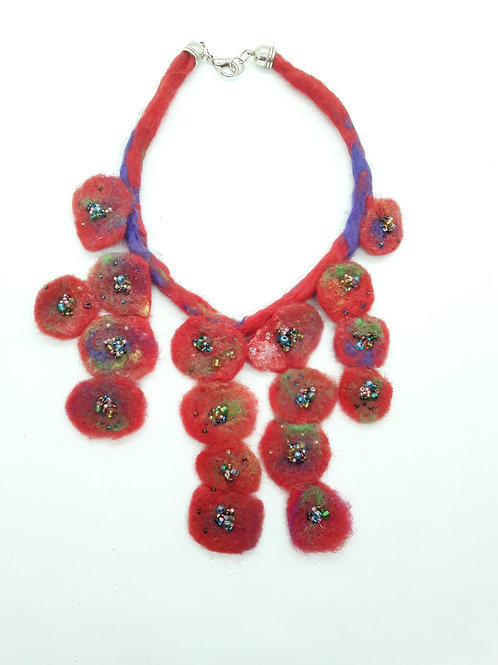 Collar en felting adornado con piedras de colores