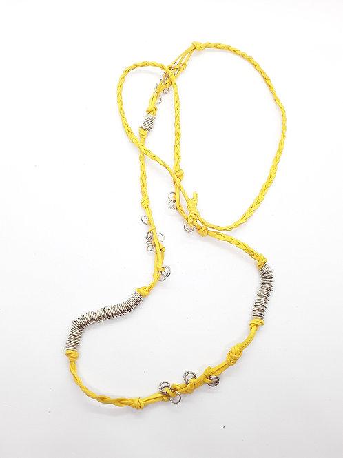 Collar en cuero amarillo trenzado con argollas