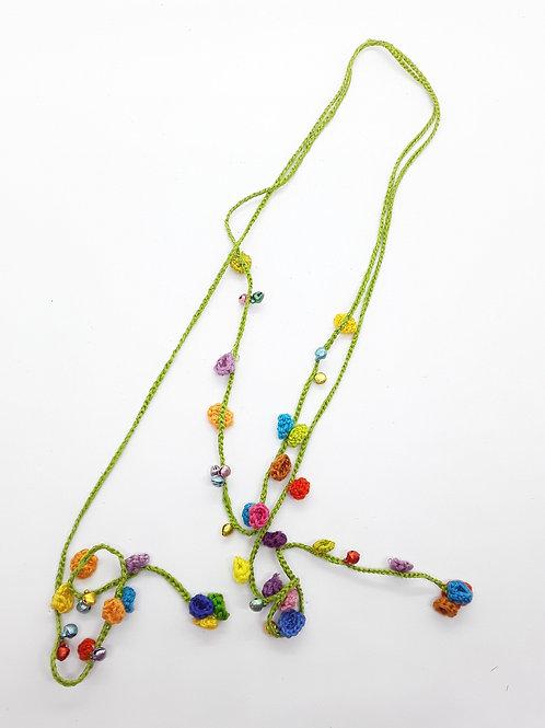 Delicado collar en crochet  de flores y campanitas