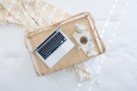 praca w łóżku przy porannej kawie