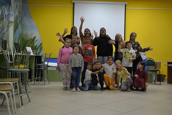 Занятия волонтеров проекта с детской группой.