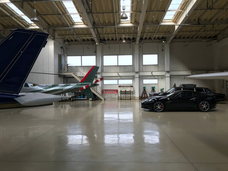 飛行機とフェラーリと