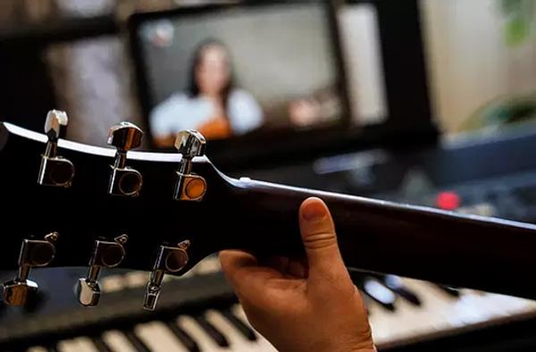 virtual guitar lesson_ female musicians