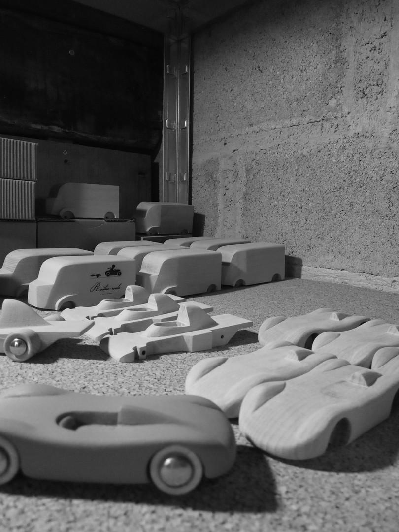 petites voitures en bois à l'atelier