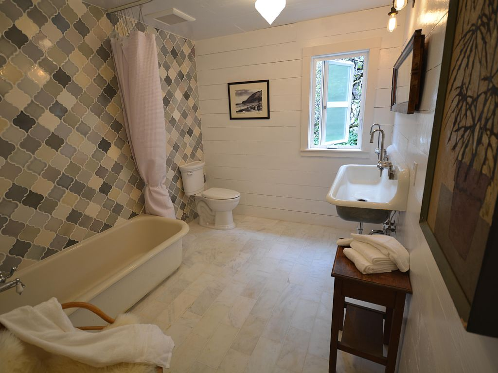 Historic Reed House Bathroom